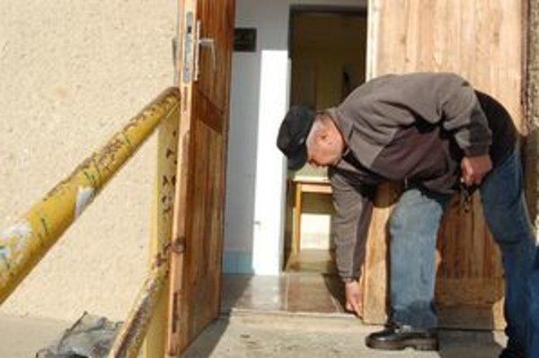 Správca ihriska. Ľ. Bryndza ukazuje, ako zlodej odrezal spodné západky vchodových dverí.