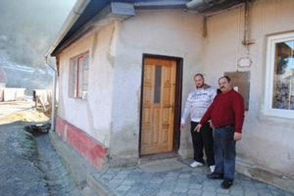 Dom Rusnákovcov. Niekto na kľučku vchodových dverí zavesil granát. Na snímke M. Rusnák so svojím synom.