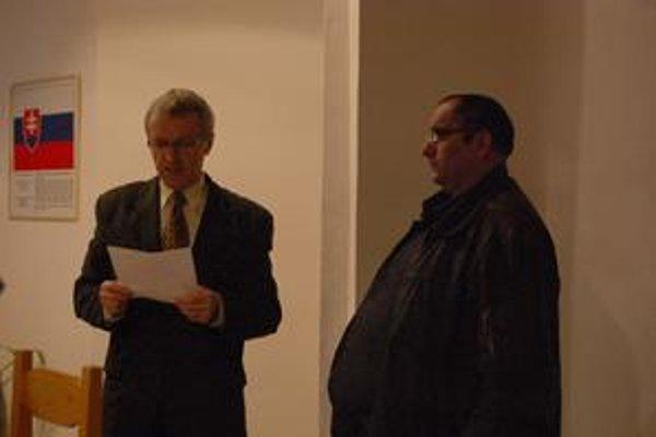 Sľub poslanca. M. Horváth (vpravo) nakoniec zložil poslanecký sľub do rúk starostu M. Kotradyho.