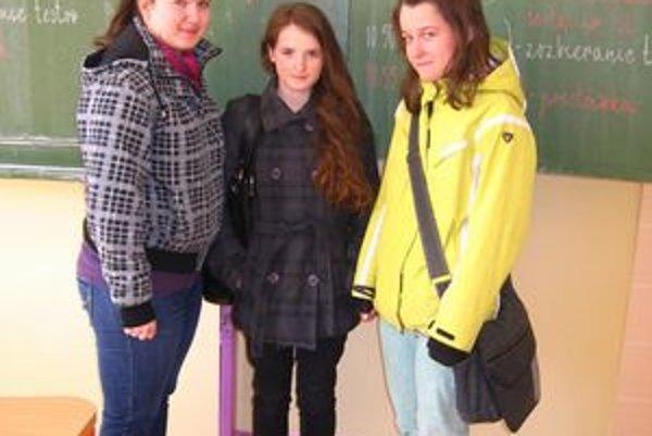 Deviatačky sa tešia. Dievčatá si vydýchali, že majú monitor za sebou. Zľava S. Majková, S. Melegová a K. Orlovská.
