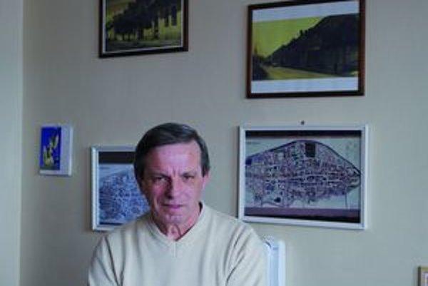 Štefan Grondžák. Historické snímky mesta majú čestné miesto aj vjeho súčasnej kancelárii.
