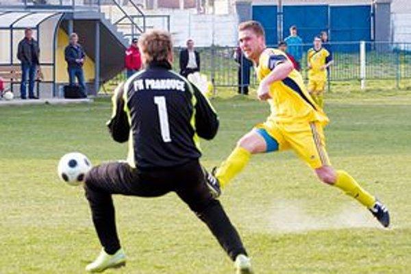Smižany doma proti Prakovciam nezaváhali. Na snímke kanonier Richard Klubert strieľa tretí gól domácich.