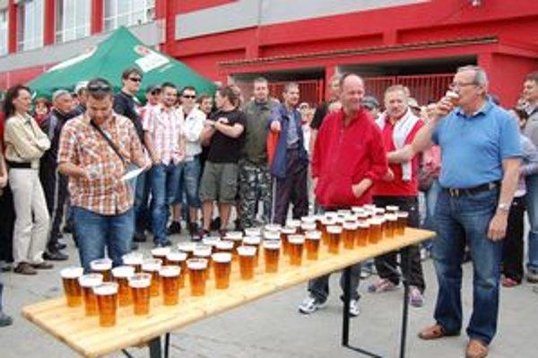 Štart rekordu. Na svoje plecia ho vzal primátor Ján Volný. Tretinkové pivo zvládol za pár sekúnd.