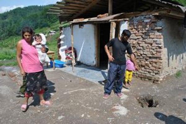 Horváthovci. Do rána sa im pred domom objavila diera. Oni aj ďalší osadníci sa obávajú, že ich v Pätoráckom zasype.