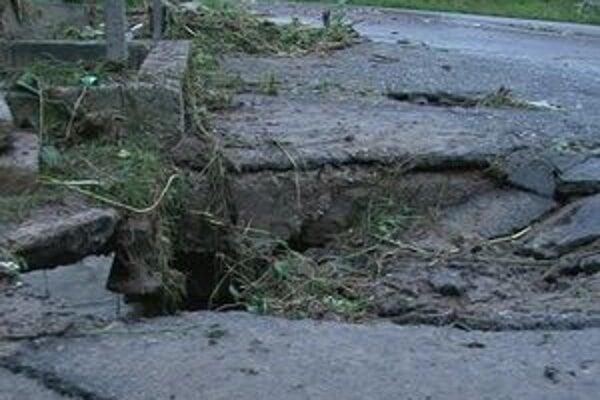 Voda. V Pongrácovciach poškodila most, cesty a zaliala záhrady.