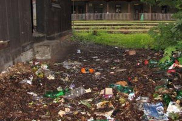 V blízkom okolí stanice sa váľajú fľaše.
