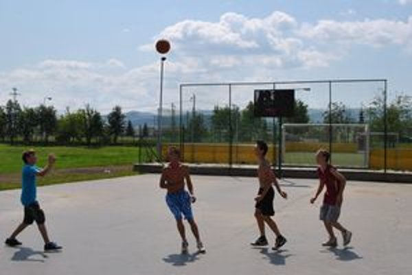 Ihrisko na Západe. Mladí častejšie využívajú staré ihrisko, ktoré je zadarmo v susedstve multifunkčného. Na snímke Marek, Peťo, Matúš, Aďo.