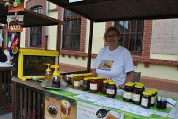 Včelárka z Helcmanoviec. Na jarmok si Dáša priniesla aj včelie robotnice.
