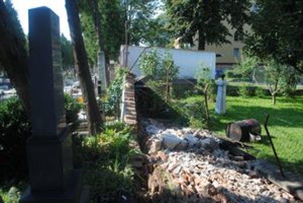 Múr bol najprv dlhý čas len naklonený, nakoniec včera nadránom spadol a zobudil susedov.