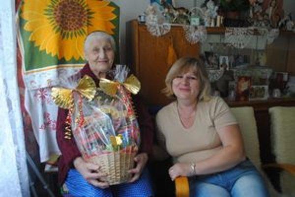 Vnučka. O 102-ročnú rekordérku v dlhovekosti sa stará jej vnučka.