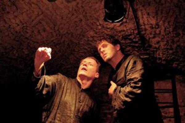 Skúška Hamleta. Krátko pred premiérou herci intenzívne skúšali.