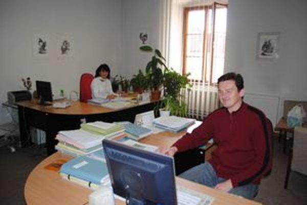 Mestský úrad. Pracuje tu 66 ľudí, noví zamestnanci tu obsadia stoličky, iba ak budú úspešní vo výberovom konaní.