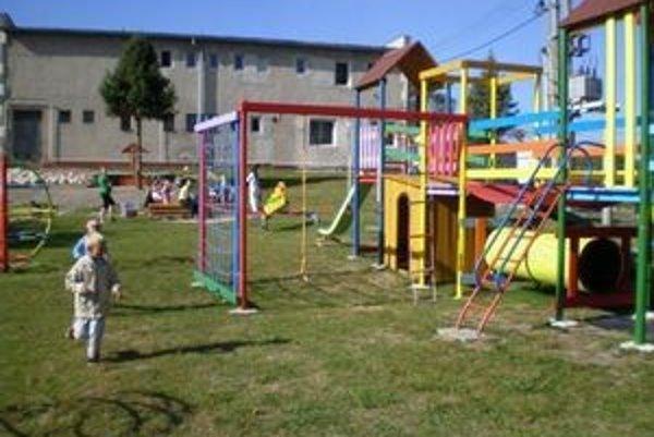 Nové detské ihrisko. Škôlkari sa mu potešili.