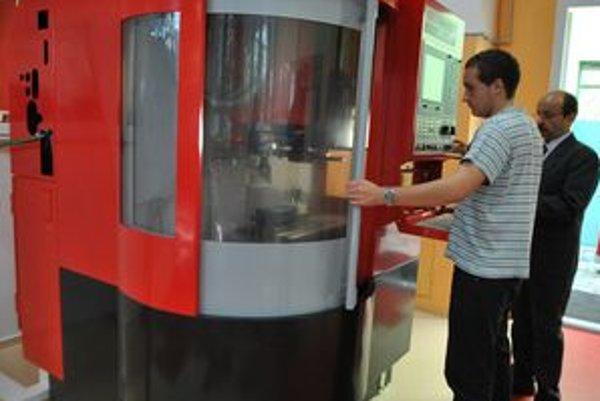 CNC centrum. Základom centra CNC strojov sú stroje vyššieho rádu – sústruh a frézovačka.
