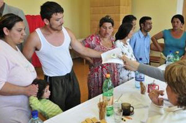 Takmer 140 zo 600 rómskych voličov pred komisiou vyhlásilo, že nevedia písať a čítať a potrebujú pri úprave volebných lístkov pomoc.
