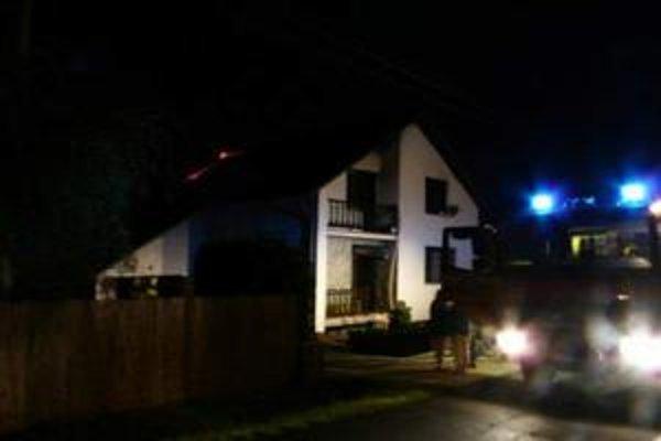 Požiar domu. Spôsobil ho blesk. Hasiči bojovali s ohňom vyše štyroch hodín