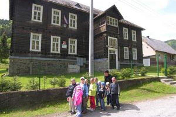 Rarita. Na Spiši niet obce či mesta, kde by materská škola mala sídlo v drevenici.