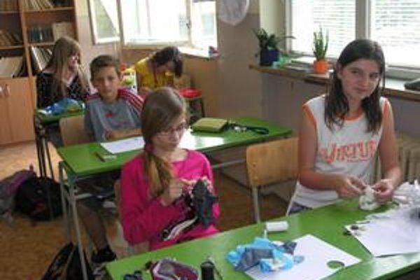 V okresnom meste Levoča sú tri základné školy. Navštevujú ich deti z mestských častí aj z okolitých dedín.