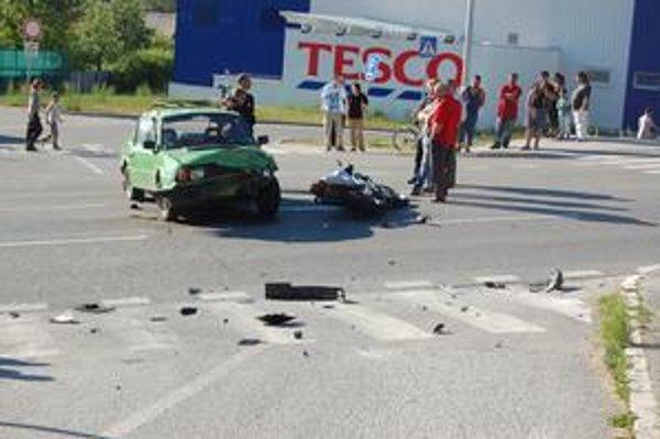 Miesto nehody. Vyzeralo na prvý pohľad hrozivo. Našťastie si nehoda nevyžiadala ľudskú obeť.