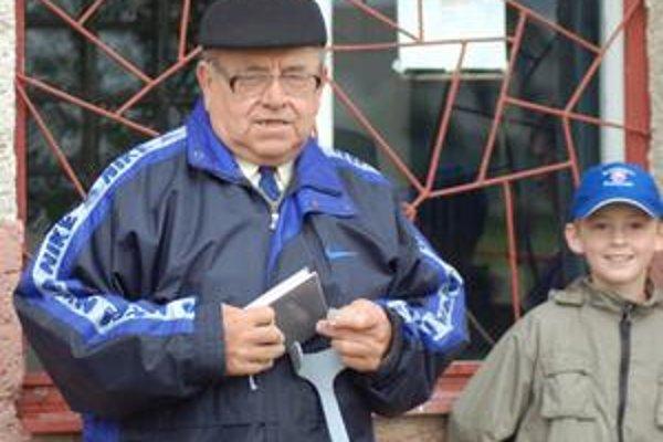 Kniha do kostola. Bývalý predseda jamníckeho futbalu Ondrej Macejko v nedeľu v tombole získal zaujímavú cenu. V nedeľu pôjde do kostola s novučičkým spevníkom