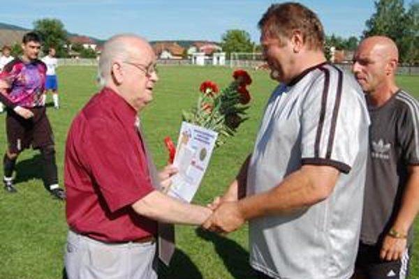 Šesťdesiatpäťročnému Dušanovi Girbovi (vpredu vľavo) zablahoželal aj najznámejší odchovanec spišskovlašského futbalu a terajší šéf klubu Vladimír Baloga.