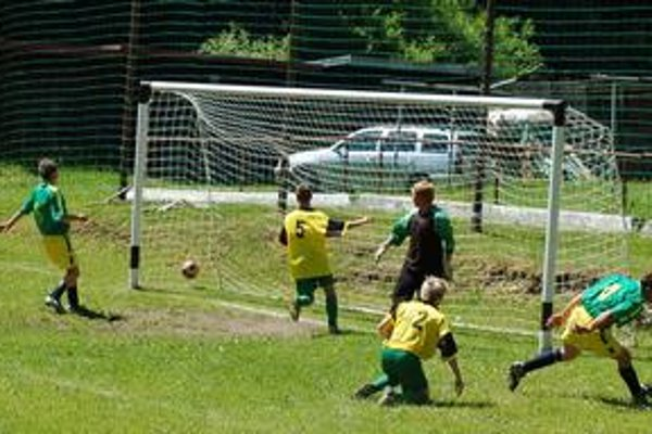 Veľa gólov. V predposlednom kole padalo veľa gólov. Na snímke jeden z ôsmich v stretnutí Hnilčík - Sp. Hrušov (4:4) v podaní hostí.