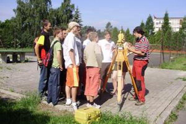 Geodetická prax. Českí študenti pracovali s modernou technológiou.