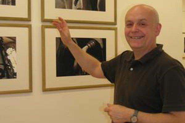 Peter Župník. Umelec pri svojich dielach.