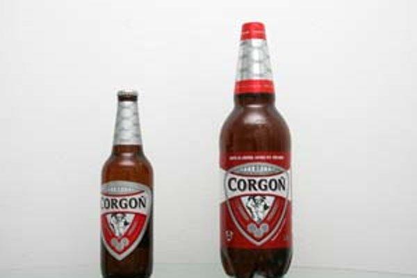 Tradičným pollitrovým pivovým skleneným fľašiam čoskoro budú konkurovať jedenapollitrové umelé.