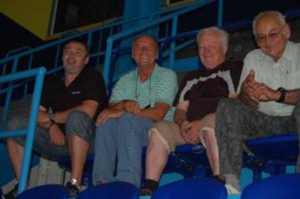 Na dovolenke. Manažér Ladislav Karabín (druhý zľava) je na Spiši na dovolenke a prvý tréning na ľade si v pondelok nenechal ujsť.