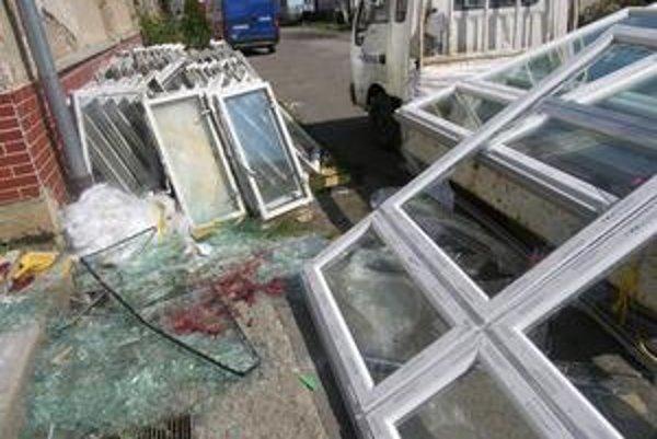 Pri vykladaní plastových okien, došlo k ich uvoľneniu, a tie potom spadli na mužov.