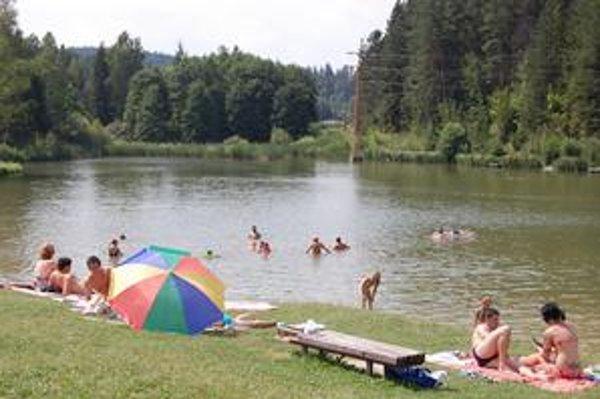 Jazero v lokalite Zahura je v týchto horúcich dňoch hojne navštevované.