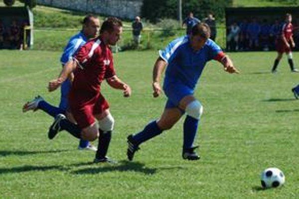 Jasné víťazstvo. V novom ročníku Hrušovčania v domácej premiére zdolali Markušovce hladko 3:0, keď posledný gól zaznamenal Repaský (vpredu vľavo).