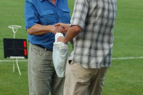 Aj dnes sa počas polčasovej prestávky návštevníci môžu tešiť na Hru diváka a manažér Brezovaj (vpravo) má pripravených zopár dobrých tombolových cien.