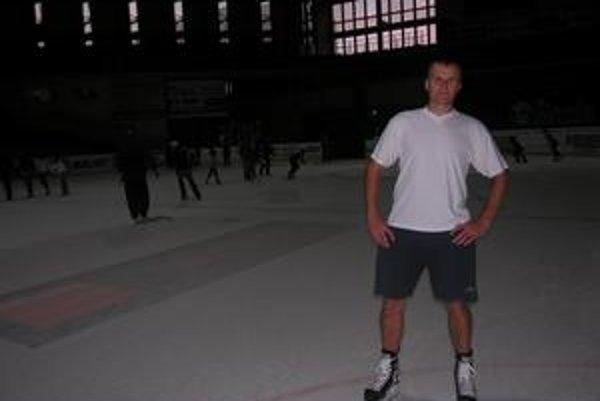 V kraťasoch a tričku. Petrovi chlad na zimnom štadióne neprekáža.
