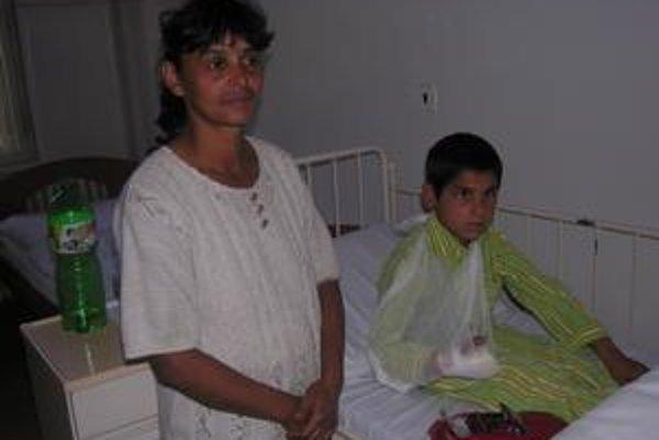 Zranený chlapec. Patrik, ktorý má osem rokov, prišiel o tri prsty na pravej ruke, odťal mu ich rovesník. Na snímke so svojou matkou.