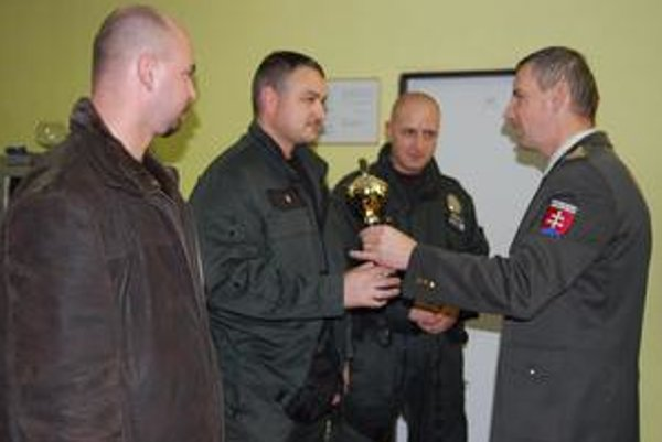 Víťazné družstvo. Z Krompách preberá putovný pohár od okresného riaditeľa J. Dulíka.
