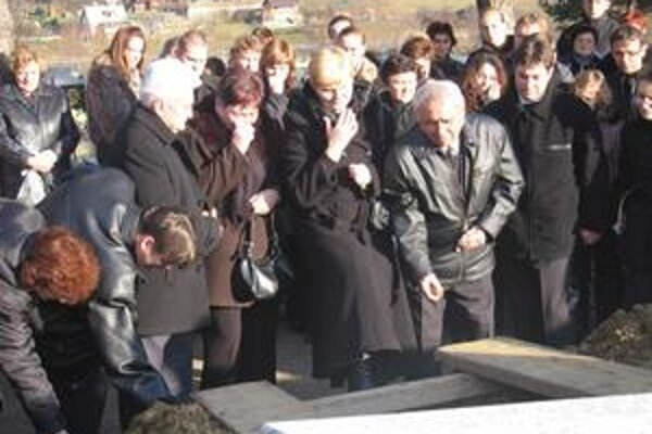 Lúčia sa so slzami v očiach. Svokrovi, rodičia a manžel nebohej Ľuboslavy a Diany nad otvoreným hrobom. Na snímke zľava doprava.