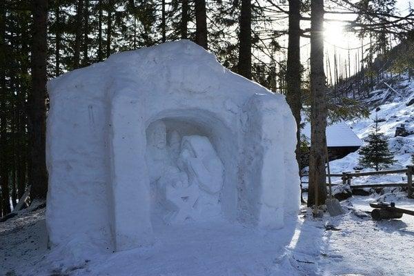Snehový Betlehem. Vznikol zásluhou chatára Petrasa aj napriek snehovej mizérii.