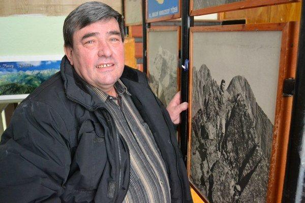 Ján Plaček. Schody vjeho dome sú olemované spomienkami na hory.