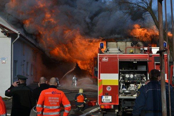 Požiar sa rozhorel popoludní.
