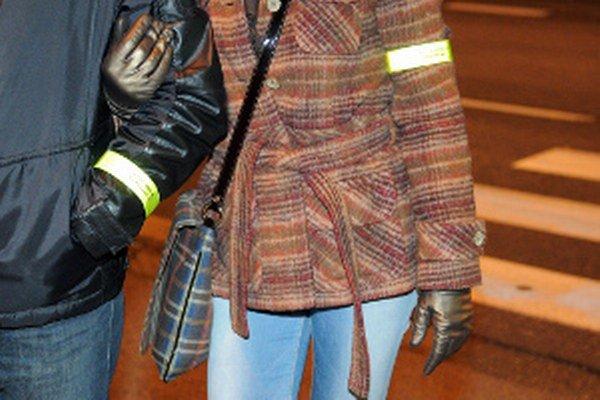 Reflexné pásky polícia odporúča nosiť na ruke.