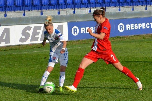 Rozhodla vnadstavenom čase. Hmírová (vľavo) strelila víťazný gól Sloveniek proti Poľsku.