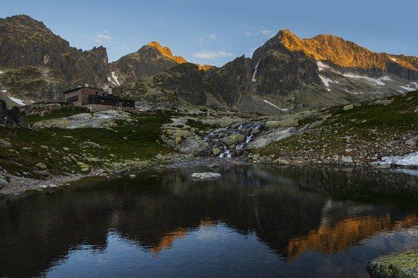 Téryho chata v Malej Studenej doline vo Vysokých Tatrách. Nad chatou v pozadí je Priečne sedlo.