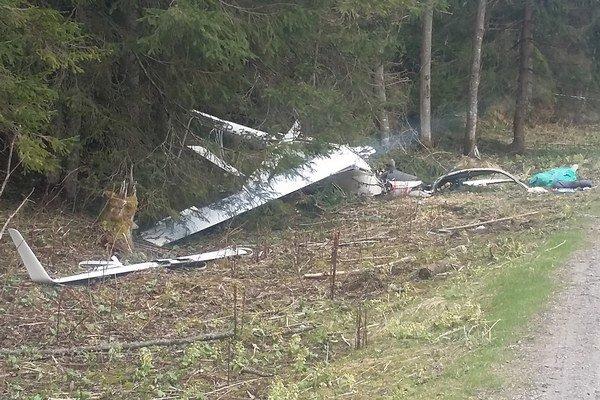 Trosky vetroňa, pilot pád neprežil.
