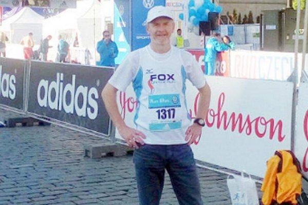 Emil Mlynarčík. Šťastný ausmiaty tesne po dobehnutí maratónu vPrahe.