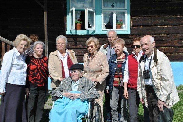 Spolu aj po rokoch. Žijúci absolventi aj sriaditeľom Jánom Olejníkom.