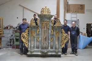 Majstri zdielne Gabriela Biesa. Vrátili zvuk starému organu.