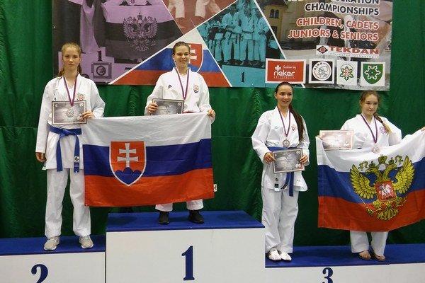 Na stupni víťazov. Zlatá Petra Píchová astrieborná Monika Pekarčíková.