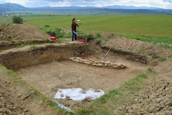 Na snímke archeologička pracuje v zaniknutej stredovekej osade Šoldov z 13. storočia.